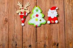Julpynt: ren, Santa Claus och julgran Arkivbilder