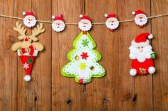 Julpynt: ren, Santa Claus och julgran Arkivfoto