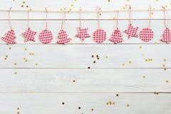 Julpynt som hänger på träbakgrund med den fallande guld- stjärnan Royaltyfria Bilder