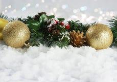Julpynt som kura ihop sig i snö Arkivfoton