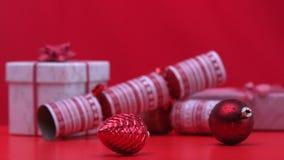 Julpynt som rotera bredvid smällare och gåvor stock video