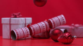 Julpynt som rotera och faller bredvid smällare och gåvor arkivfilmer