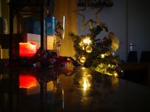 Julpynt som väntar på Santa Claus arkivbild