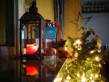 Julpynt som väntar på Santa Claus arkivfoton