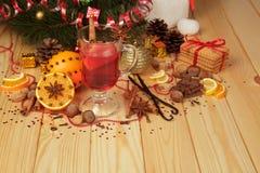 Julpynt, uppsättning av frukter och kryddor för varma drink, sötsaker och kakor på trätabellen Royaltyfri Foto