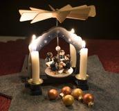 Julpyramid med julbollar Arkivbilder