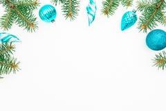 Julram av vinterträdet och blåttgarnering på vit bakgrund nytt år för bakgrund Lekmanna- lägenhet, bästa sikt Royaltyfri Bild