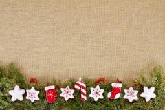 Julram med det vintergröna granträdet med kopieringsutrymme för Arkivfoton