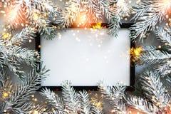 Julrambakgrund med xmas-trädet Hälsningkort för glad jul, baner Tema för vinterferie arkivbilder
