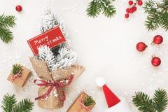 Julramen av gåvor och glad jul undertecknar på vit Royaltyfri Foto