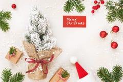 Julramen av gåvor och glad jul undertecknar på vit Arkivbilder