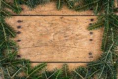 Julramen av gran förgrena sig över tappningträ royaltyfri foto