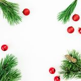 Julramen gjorde av vintergröna trädfilialer och klumpa ihop sig garnering på vit bakgrund Lekmanna- lägenhet, bästa sikt fotografering för bildbyråer
