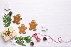 Julramen med pepparkakakakor, julgran, sörjer kottar, leksaker Kopiera utrymme för text vinter för snow för pojkeferielay arkivbild