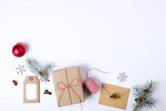 Julramsammansättning Julgåvan, sörjer filialen, röda bollar, kuvertet, vita wood snöflingor, bandet och röda bär Överkant v Arkivfoton