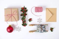 Julramsammansättning Julgåvan, sörjer filialen, röda bollar, kuvertet, vita wood snöflingor, bandet och röda bär Överkant v Fotografering för Bildbyråer