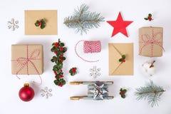 Julramsammansättning Julgåvan, sörjer filialen, röda bollar, kuvertet, vita wood snöflingor, bandet och röda bär Överkant v Royaltyfria Bilder