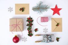 Julramsammansättning Julgåvan, sörjer filialen, röda bollar, kuvertet, vita wood snöflingor, bandet och röda bär Överkant v Royaltyfri Fotografi