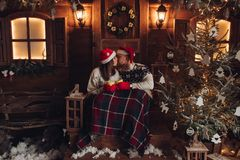 Julromans i års för hus för Santa Claus hattar härliga nytt atmosfär royaltyfri fotografi