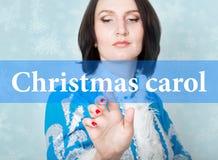 Julsång som är skriftlig på den faktiska skärmen begrepp av celebratory teknologi i internet och nätverkande Kvinna in Fotografering för Bildbyråer