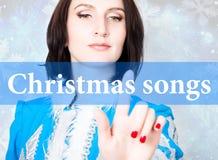 Julsånger som är skriftliga på den faktiska skärmen begrepp av celebratory teknologi i internet och nätverkande Kvinna in Fotografering för Bildbyråer