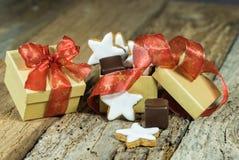 Julsötsakgåva med stjärnakakor och choklad på trätabellen royaltyfri fotografi