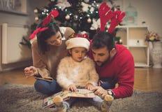 Julsaga för deras prinsessa royaltyfria bilder