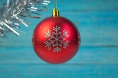 Julsammansättning av granfilialer och bär av viburnumen på en träbakgrund arkivbild