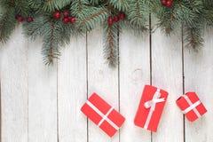 Julsammansättning av granfilialer och bär av viburnumen på en vit träbakgrund Bästa sikt med kopieringsutrymme royaltyfri foto