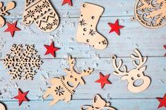 Julsammansättning av julgarneringar och röda stjärnor på blå bakgrund Arkivfoto