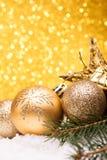 Julsammansättning av julgranleksaker på en guld- bakgrund royaltyfri fotografi
