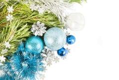 Julsammansättning för nytt år med granträdfilialen och kottewi royaltyfria bilder