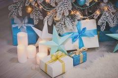 Julsammansättning - gåvorna, stearinljus, dekorativa stjärnor Royaltyfri Bild