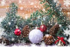 Julsammansättning, granfilialer, sörjer kottar och snowflak Fotografering för Bildbyråer