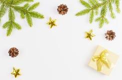 Julsammansättning med den gröna granträdfilialen, Xmas-gåvor och garnering på vit bakgrund Bästa sikt, lekmanna- lägenhet royaltyfri bild