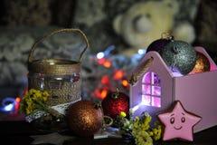 Julsammansättning med en stearinljus och julpynt på en tabell royaltyfria bilder