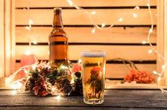 Julsammansättning med ett exponeringsglas av öl royaltyfria bilder