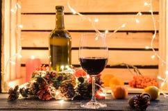 Julsammansättning med ett exponeringsglas av rött vin royaltyfri foto