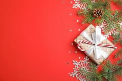 Julsammansättning med gåvaasken och den festliga dekoren på färgbakgrund royaltyfria foton