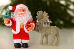 Julsammansättning med gåvaasken och garneringar Arkivbild