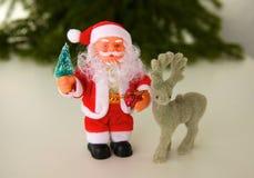 Julsammansättning med gåvaasken och garneringar arkivfoton