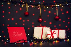 Julsammansättning med gåvor, julleksaker och den glödande girlanden Ett hälsningskort ferier royaltyfria bilder
