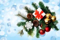 Julsammansättning med granträdet, gåvan, kottar, bollar och snöflingor Royaltyfri Foto