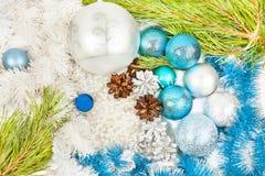Julsammansättning med granträdfilialen, härlig silverbal arkivbilder