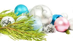 Julsammansättning med granträdfilialen, härlig silverbal arkivfoto