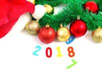 Julsammansättning med granträdfilialer och festlig decorat Arkivbilder