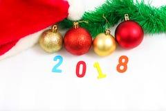 Julsammansättning med granträdfilialer och festlig decorat Arkivbild