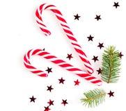 Julsammansättning med julgodisen, trädfilialer och att semestra prydnaden på vit bakgrund Lekmanna- lägenhet, bästa sikt fotografering för bildbyråer
