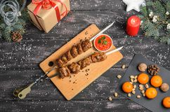 Julsammansättning med kebab på trätabellen royaltyfria foton