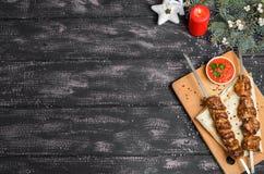 Julsammansättning med kebab på trätabellen arkivbild